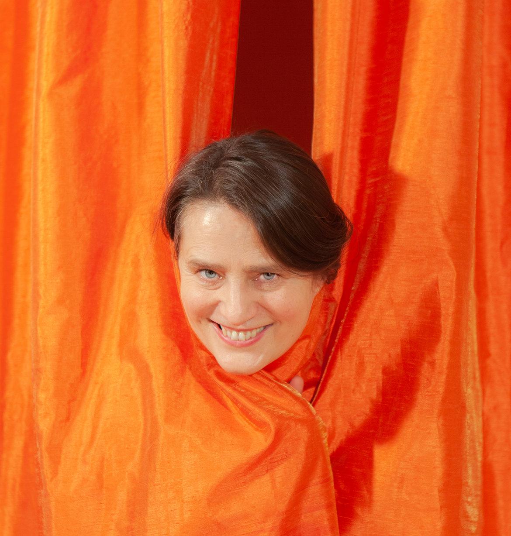 tandana-krass-niedlich-vorhang-grinsen - Fotograf: Gregor Philipps • tetrachrome.de