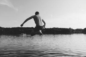 Mann springt mit Arschbombe in den Fluss