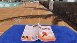 Buddha-Beziehung Taschenbuch auf der Liege am Pool